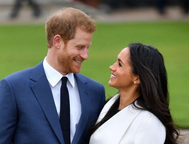 Meghan Markle y el príncipe Harry mirándose a los ojos fuera de un jardín tras anunciar su compromiso