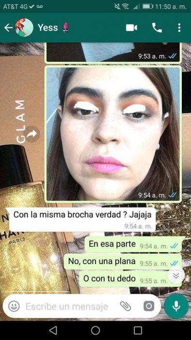 Chica ayuda a su mejor amiga a maquillarse vía Whatsapp