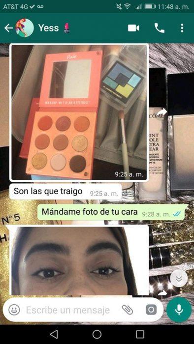 Chica ayuda a su mejor amiga a maquillarse a la distancia vía Whatsapp