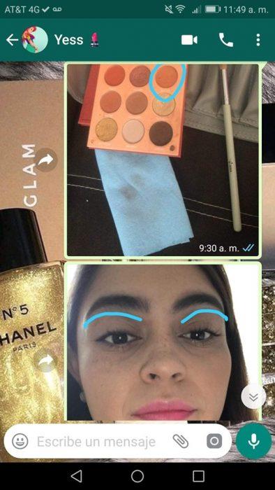 Chica ayuda a su mejor amiga a maquillarse con instrucciones por mensajes de Whatsapp
