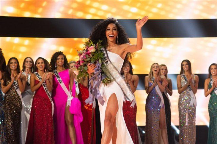 Miss USA Cheslie Kryst coronada y con ramo de flores