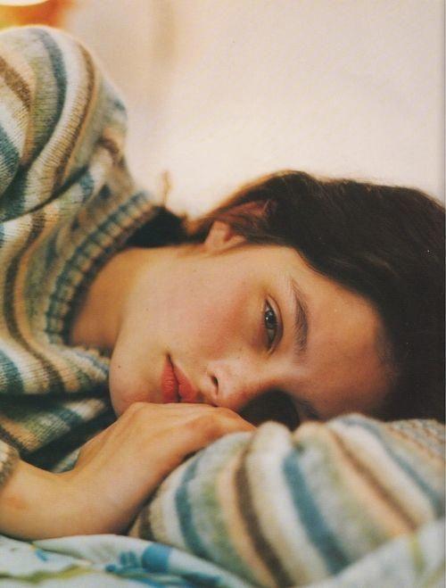 Mujer en depresión acostada en la cama