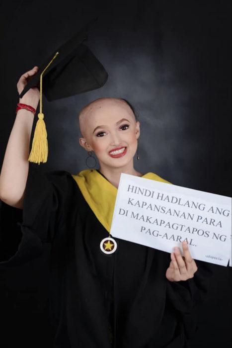 Patricia Banzuela, chica con alopecia, mostrando su condición luego de las fotos de su graduación