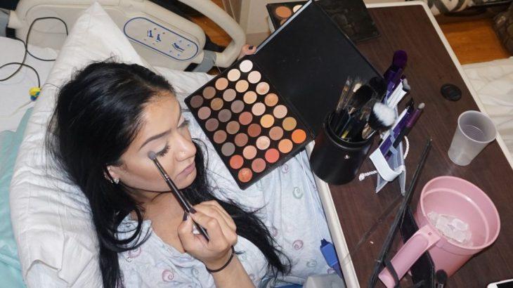 maquillista Alaha Karimi aplicando sombras en sus ojos mientras espera en el trabajo de parto para dar a luz a su bebé