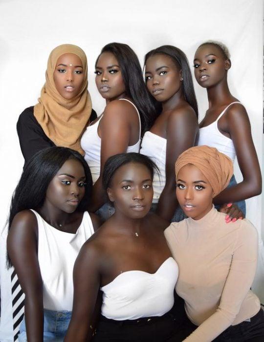 Mujeres negras de diferentes lugares posando para la foto