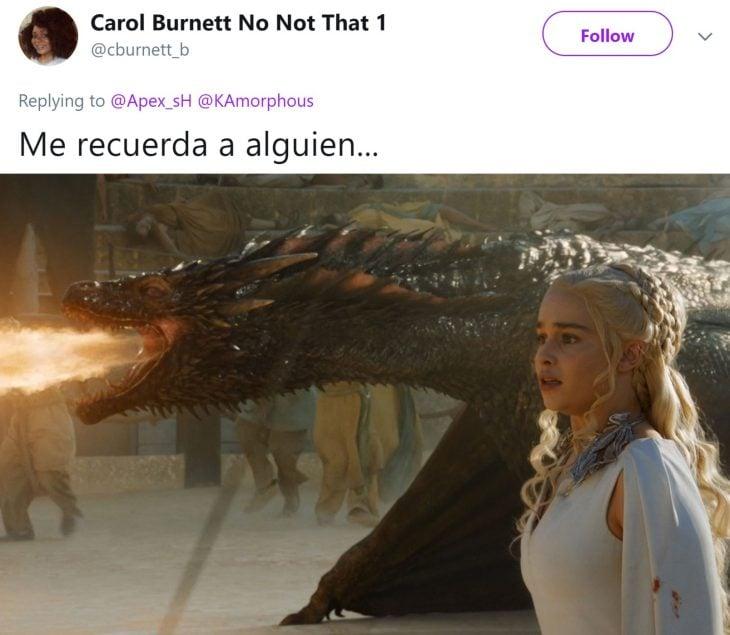 Niña entrena a su ave para atacar cuando ella grita; Emilia Clarke, Daenerys Targaryen, Khaleesi, con su dragón lanzando fuego