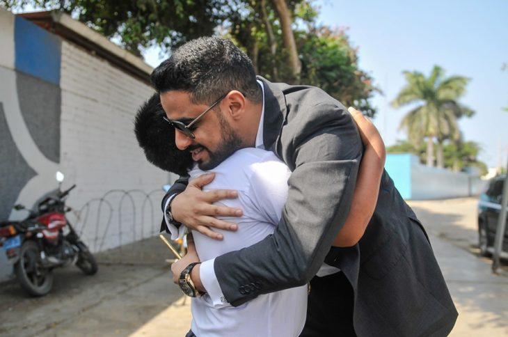 Empresario árabe, Yaqoob Yusuf Ahmed Mubarak abraza a Victor Martín Angulo Córdoba, niño peruano que hace la tarea bajo un poste de luz