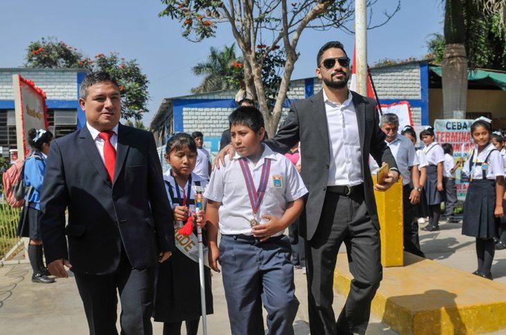 Empresario árabe, Yaqoob Yusuf Ahmed Mubarak ayuda a Victor Martín Angulo Córdoba, niño peruano que hace la tarea bajo un poste de luz