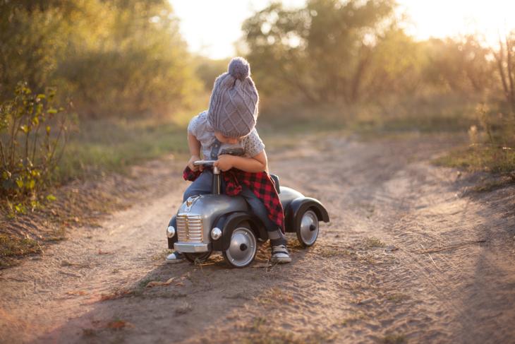 Cosas graciosas que dicen los niños; niña jugando con un carro de juguete