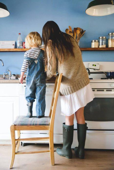 Cosas graciosas que dicen los niños; mamá e hijo en la cocina haciendo de comer, niño parado en una silla