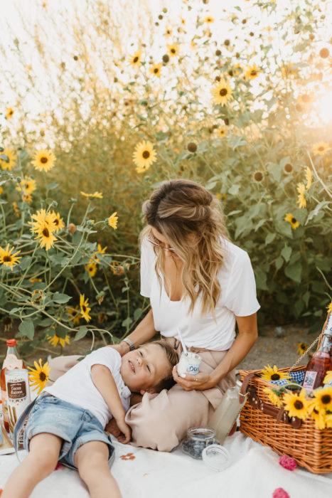 Cosas graciosas que dicen los niños; mamá e hijo en un picnic, son flores amarillas en el fondo y una canasta con comida