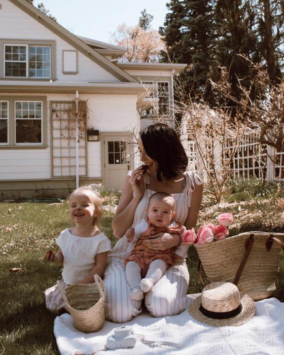 Cosas graciosas que dicen los niños; mamá con dos hijas, hermana mayor comiendo una fresa