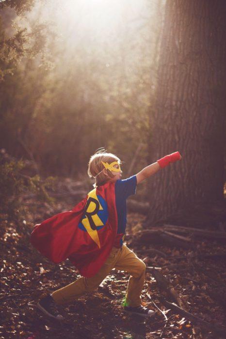 Cosas graciosas que dicen los niños; niño vestido de superhéroe con capa y antifaz