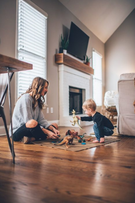 Cosas graciosas que dicen los niños; mamá jugando con su hijo con dinosaurios de juguete