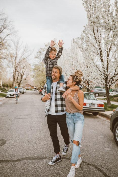 Cosas graciosas que dicen los niños; pareja de esposos caminando en la calle, hombre cargando a niño en los hombros