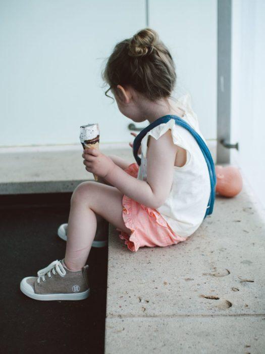 Cosas graciosas que dicen los niños; niña sentada comiendo helado