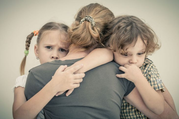 Niños abrazando a su mamá