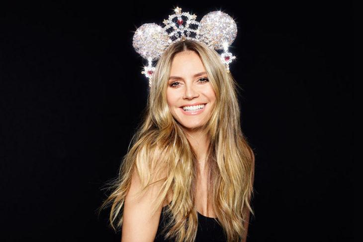 Heidi Klum usando unas orejas de Mickey Mouse con diseño de perlas