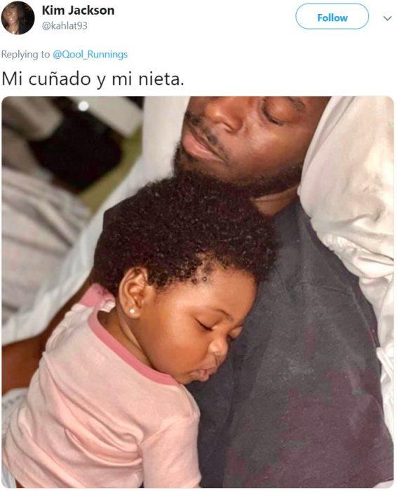 Papá e hija de cabello chino durmiendo