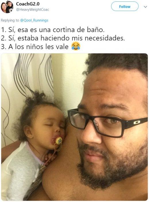 Papá en el baño con su hija durmiendo en sus brazos