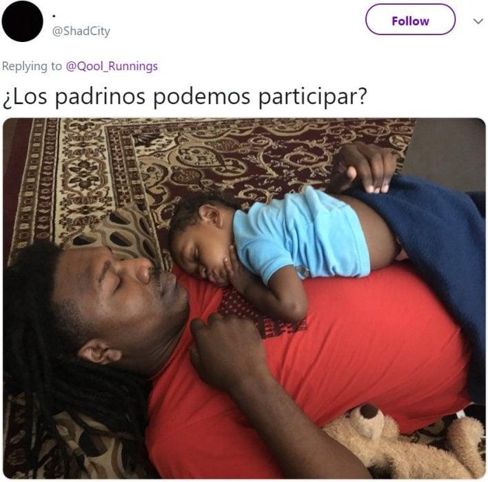 Bebé drmido sobre el pecho de su padrino, hombre afroamericano con rastas