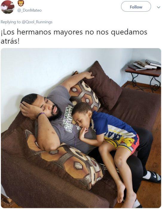Niño dormido en el sillón sobre su hermano mayor