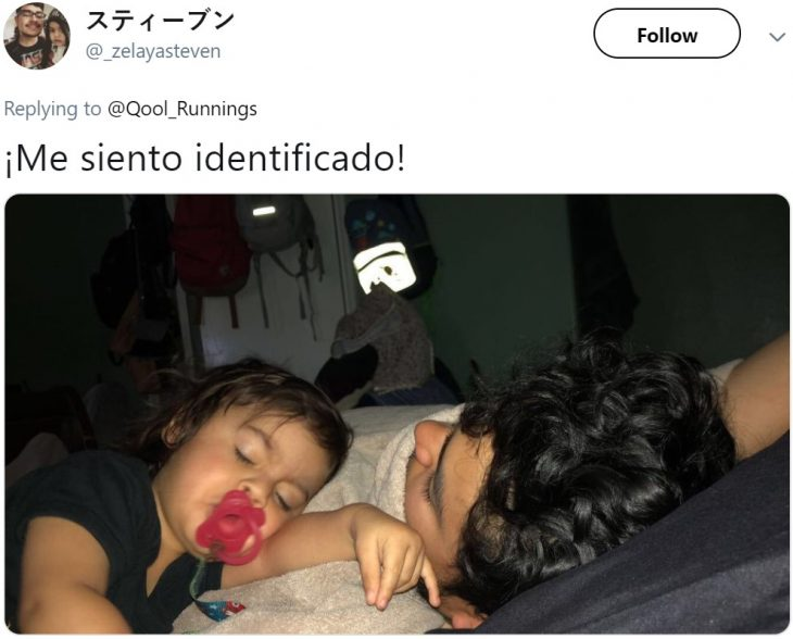 Papá e hija dormidos en posición incómoda