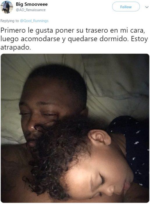 Bebé de cabello chino dormido sobre su papá