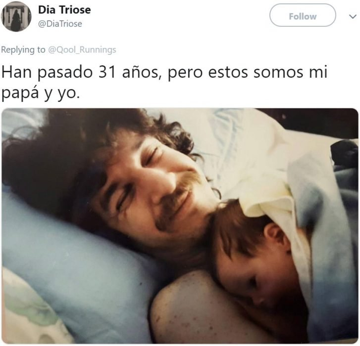 Foto antigua de papá cargando a su bebé mientras duerme