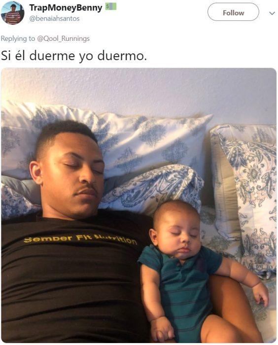 Papá e hijo que se parecen dormidos lado a lado