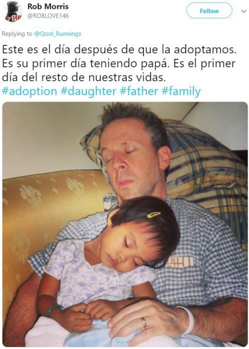 Papá e hija adoptiva dormidos en el sillón