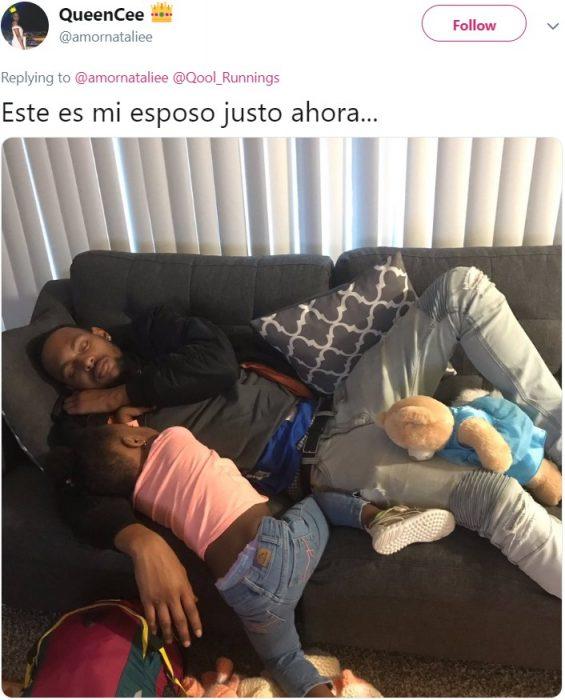 Fotografía de papá afroamericado dormido con su hija en el sillón