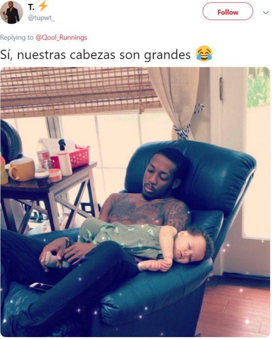 Papá con tatuajes se queda dormido con su bebé en el sillón reclinable