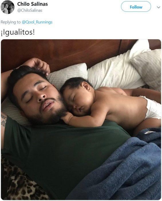 Papá dormido con su bebé en pañales en el pecho