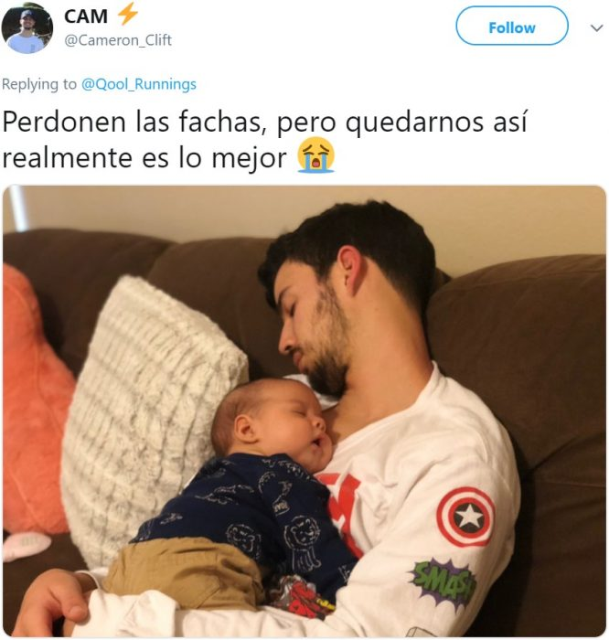 Papá con sudadera de Marvel con el escudo del Capitán América se queda dormido con su bebé en el pecho en sillón café
