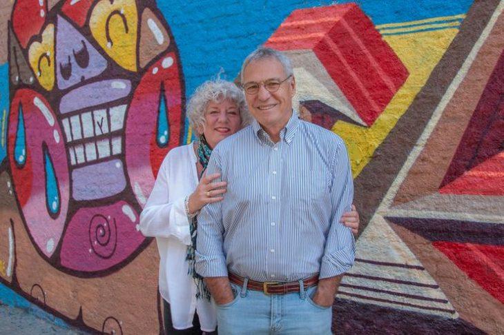 Debbie y Michael Campbell delante de un muro en los viajes por el mundo