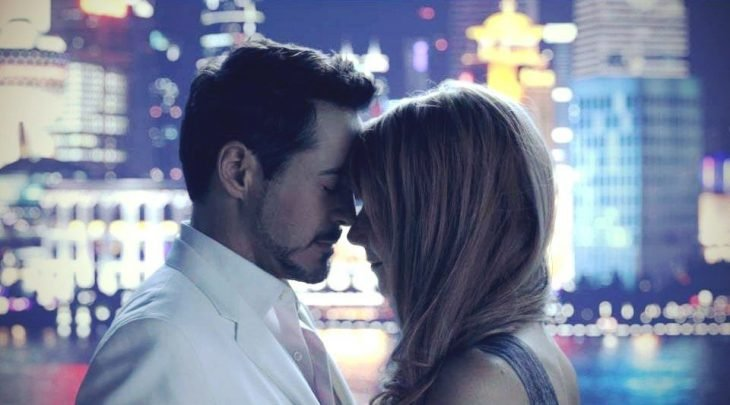 Pepper Potts y Tony Stark abrazados, con sus frentes juntas, escena película Iron Man, Robert Downey Jr. Gwyneth Paltrow