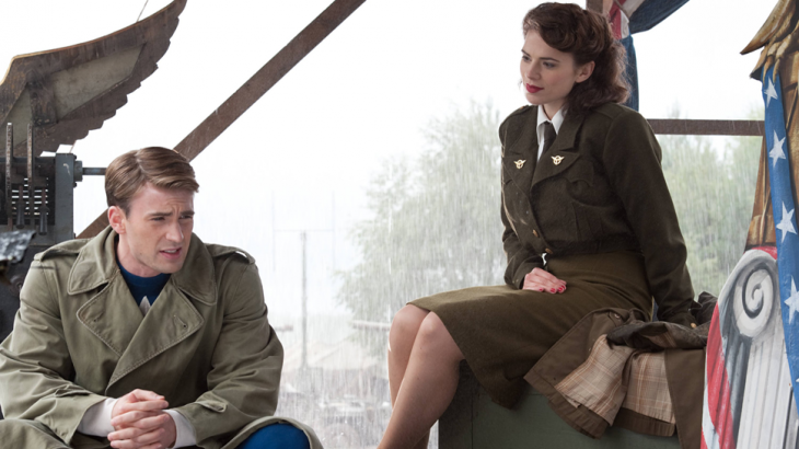 Steve Rogers y Peggy Carter dentro de una habitación charlando, escena película Capitán América, Chris Evans, Hayley Atwell