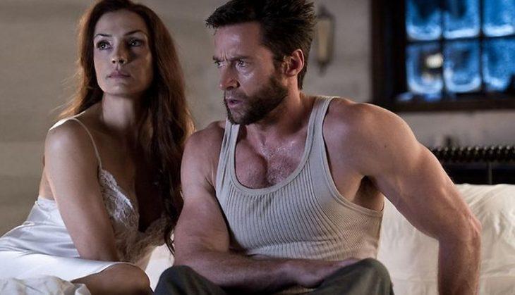 Pareja de esposos sentados en la orilla de la cama, escena película X-Men, Wolverine, Jane, Hugh Jackman