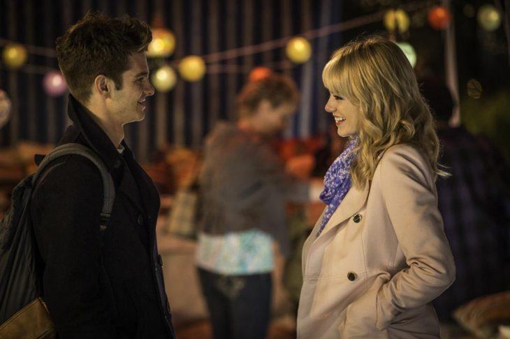 Pareja de novios paseando por las calles, charlando y mirándose a los ojos, escena película Spider-Man, Peter Parker, Gwen Stacy, Emma Stone, Andrew Garfield