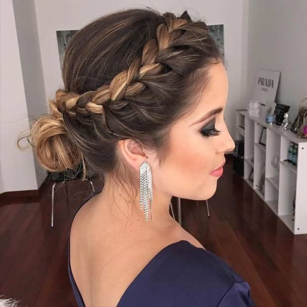 Chica mostrando su peinado elegante hecho con trenzas