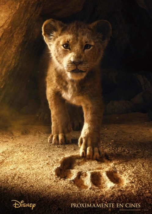 Poster de la película de El Rey león. Simba pisando la huella de su padre