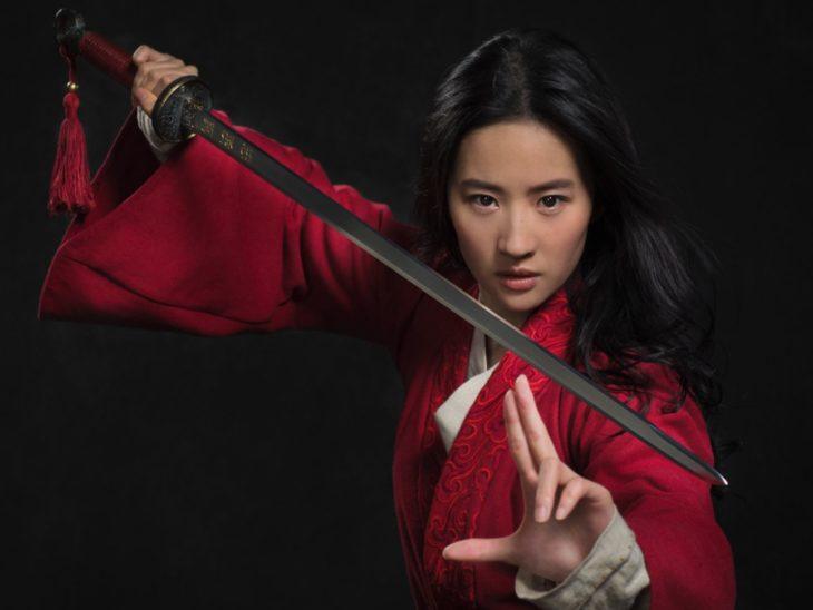Poster de la película live action de Mulán con la protagonista sosteniendo una espada