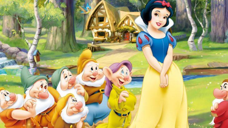 Caricatura de Blancanieves junto a los siete enanos afuera de la cabaña de los enanos