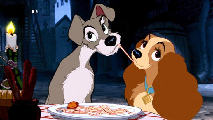 Escena de la película animada La dama y el Vagabundo. Perritos comiendo spagguetti