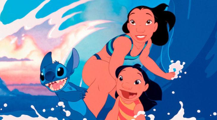 Escena de la película animada de Disney Lilo & Stitch. Personajes practicando surf