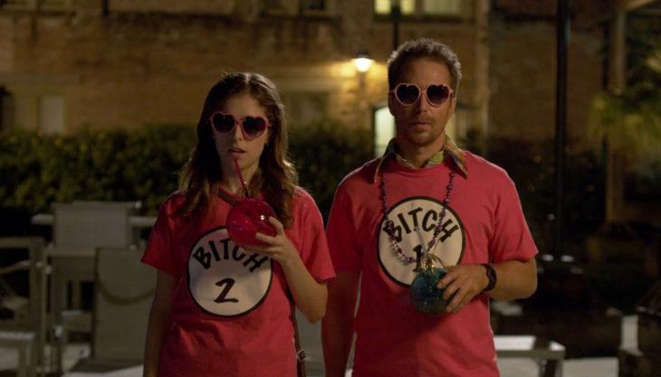 Película Mr. Right con actores Sam Rockwell y Anna Kendrick; pareja con playeras que combinan y lentes en forma de corazón
