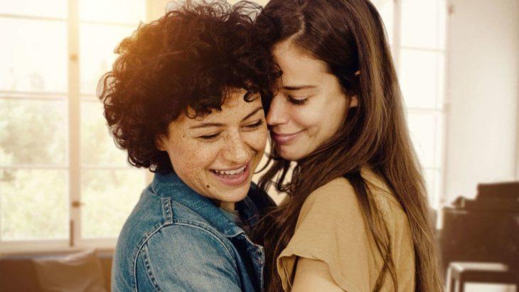 Película Duck Butter; dos mujeres abrazándose