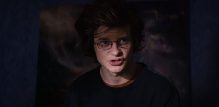 Película Super dark times con actor Charlie Tahan; chico de lentes