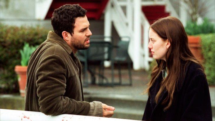 Mark Ruffalo y Sarah Polley charlando en la orilla de un muelle, escena de la película Mi vida sin mí